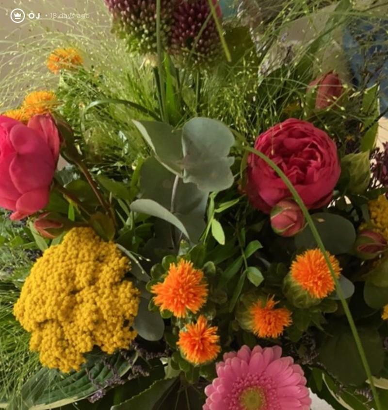 Oj findet Blumen, die ihr Freund auf dem Küchentisch hinterlassen hat