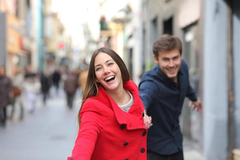 Weil beide auf die Toilette beim Date mussten, merkte sie wie perfekt er eigentlich für sie ist.