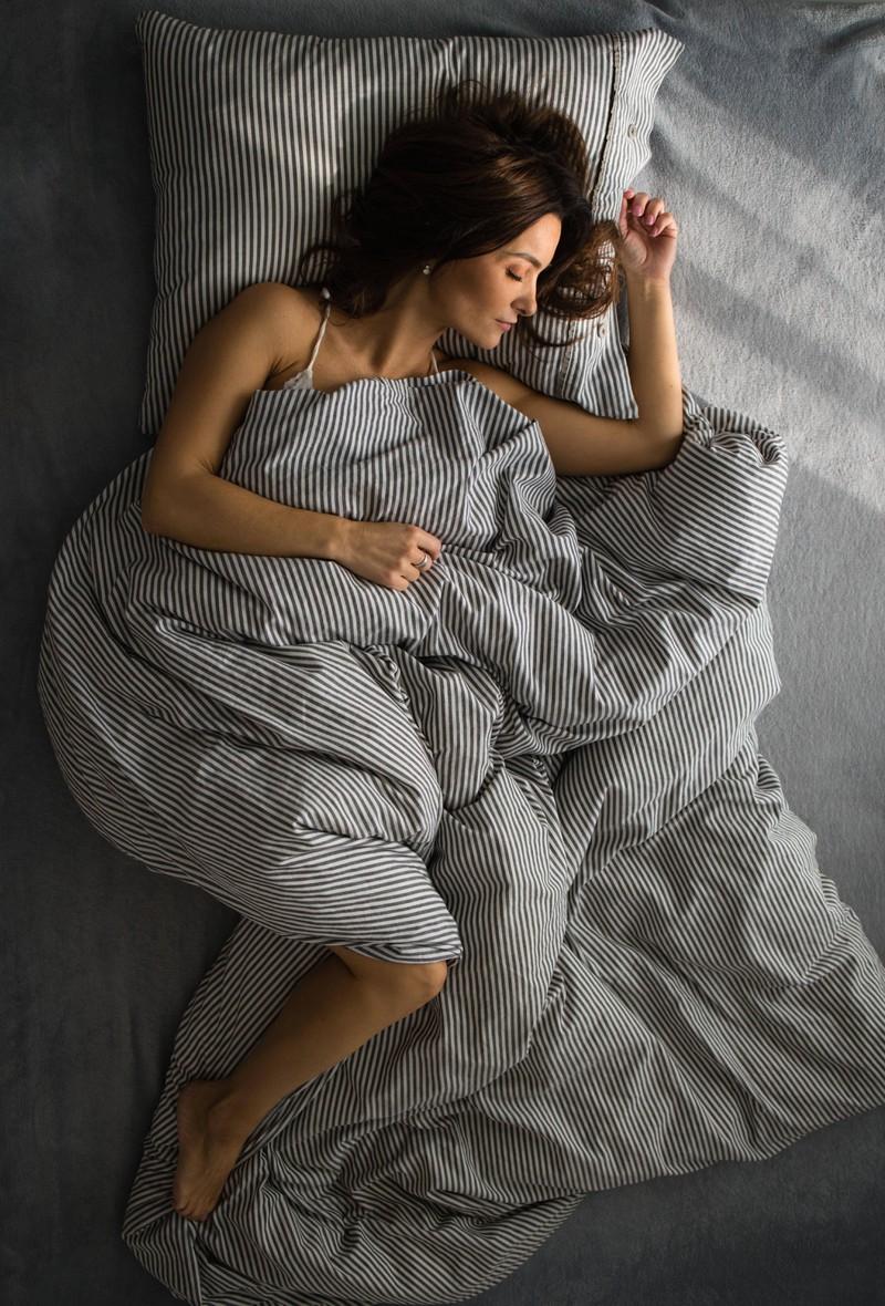 Die junge Dame hat sich entschlossen, zum Schlafen in ein kühleres Zimmer zu wechseln.