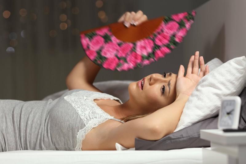 Ein Foto einer Frau, deren Körpertemperatur im Schlaf sinkt, damit sie schlafen kann