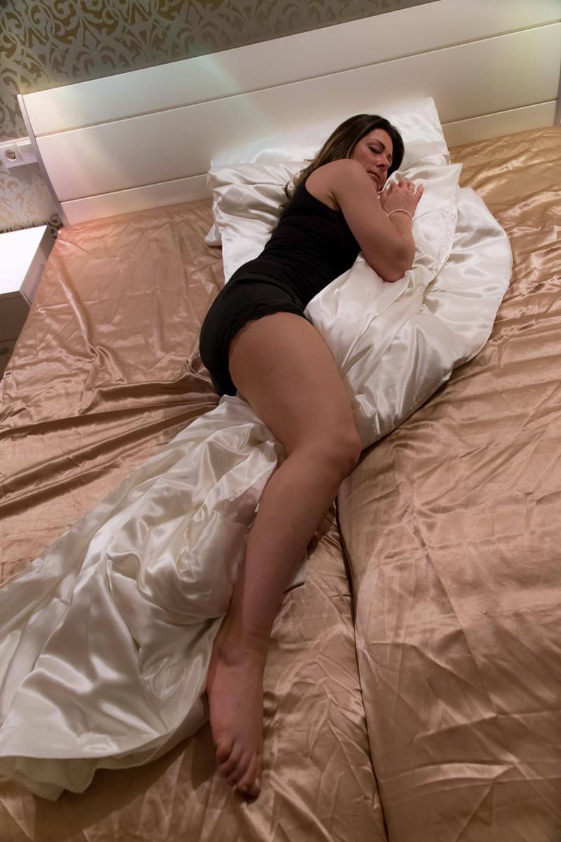 Man kann meist nicht ohne Decke schlafen, weil der Körper sich schon so an die Bettdecke gewöhnt hat.