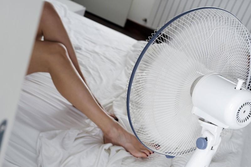 Um in der Nacht für Abkühlung zu sorgen, kann ein Ventilator hilfreich sein.