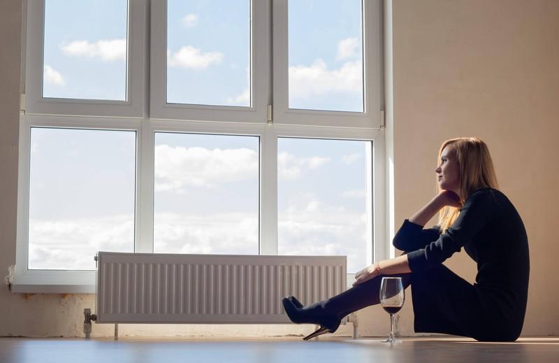 Eine einsame Frau in ihrer Wohnung, die betrogen wurde
