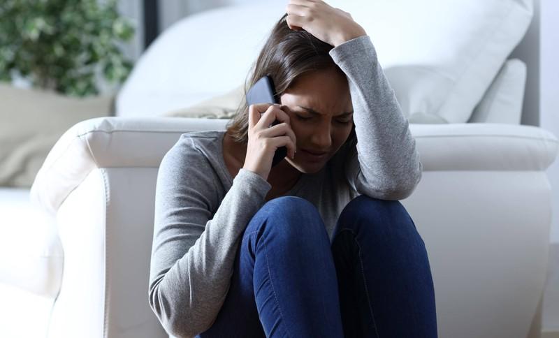 Eine Frau, die mit ihrem Freund gerade telefonisch Schluss macht