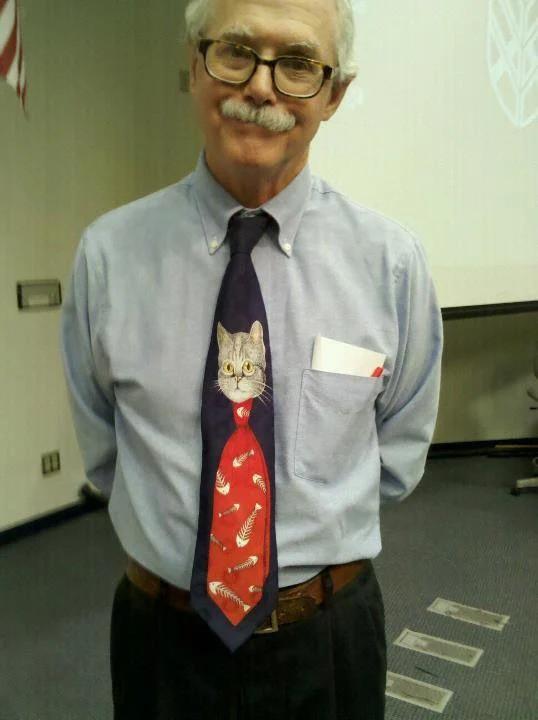 Ein Lehrer, der ein interessantes Outfit in Form von einer Katzenkrawatte trägt