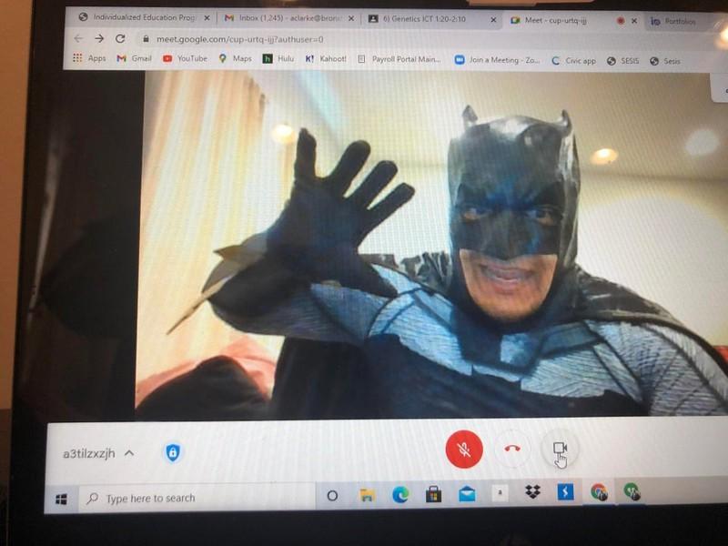 Ein Lehrer verkleidet sich für seine Klasse als Batman