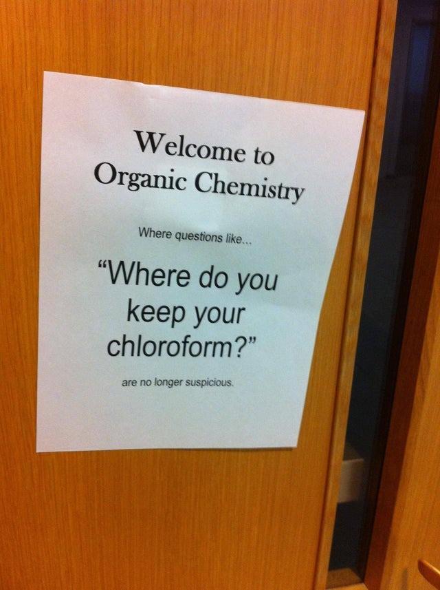 Ein lustiger Chemielehrer möchte mit einem Zettel auf seinen Kurs aufmerksam machen