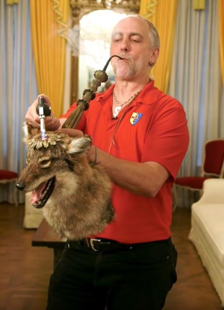 Ein Bild eines ausgestopften Wolfes, der als Pfeife zweckentfremdet wird