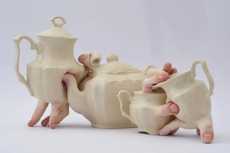 Ein Teeservice, das wohl als Kunstwerk wirken soll, aber einfach nur verstörend ist