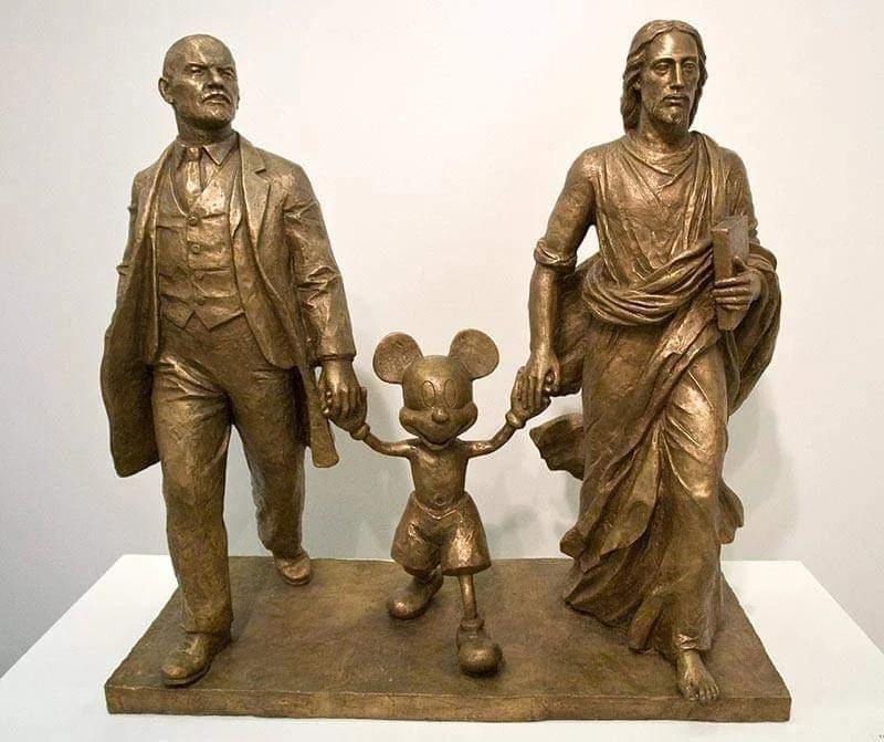 Eine Statue, die Lenin und Jesus Hand in Hand mit Mickey Mouse zeigt
