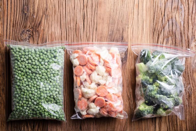 Eingefrorenes Gemüse kann bis zu 6-12 Monaten im Gefrierfach haltbar sein.