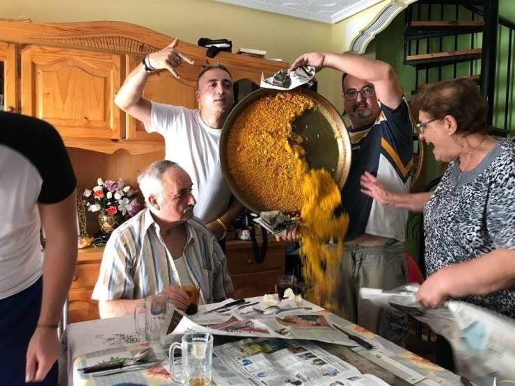 Die Frau ist sehr verzweifelt, weil die Paella zerstört ist.
