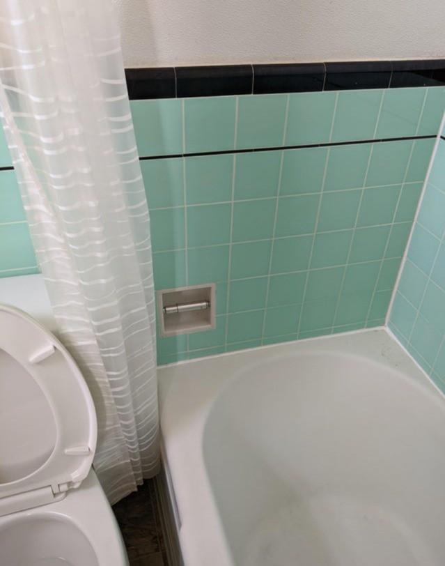 Der Papierhalter ist innerhalb der Badewanne