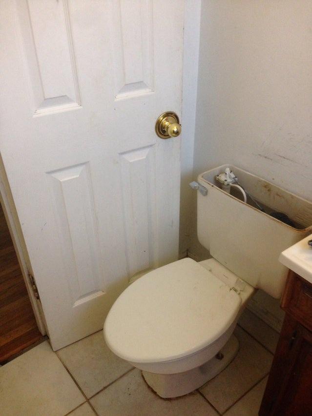 Dem Handwerker ist entgangen, dass er die Tür vor dem Anbringen der Toilette hätte schließen müssen.