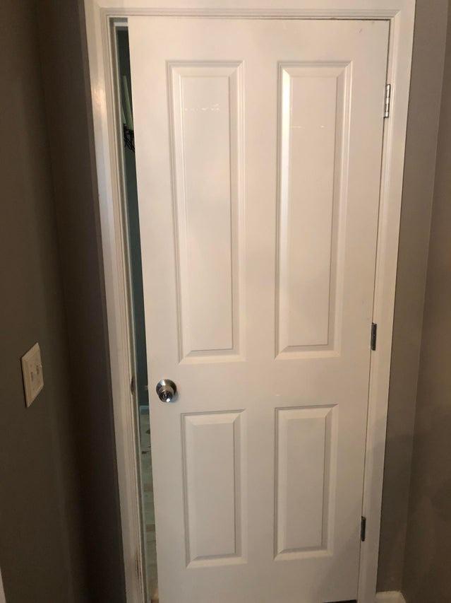 Die Tür ist beim Handwerken wohl zu klein geworden.
