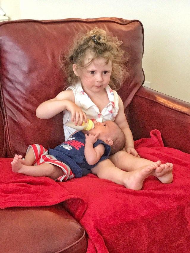 Das kleine Mädchen geht eifrig ihrer neuen Rolle nach - zum Schreien.