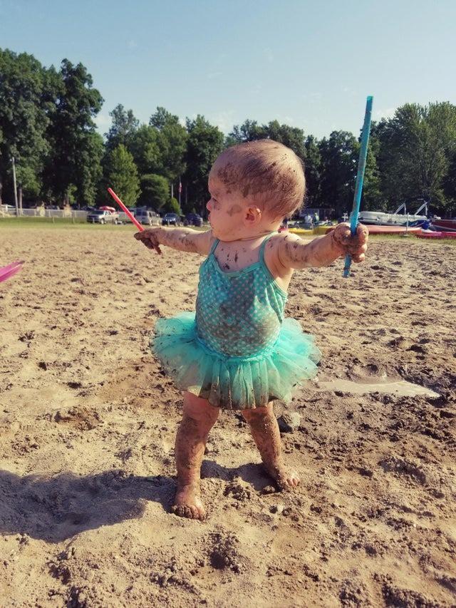 Das kleine Mädchen ist bereit zum Zaubern und weiß gar nicht, wie lustig sie dabei aussieht.