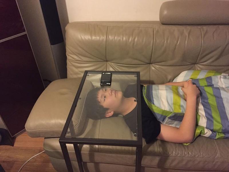 Ein Kind, das einen Glastisch als ultimativen Lifehack nutzt