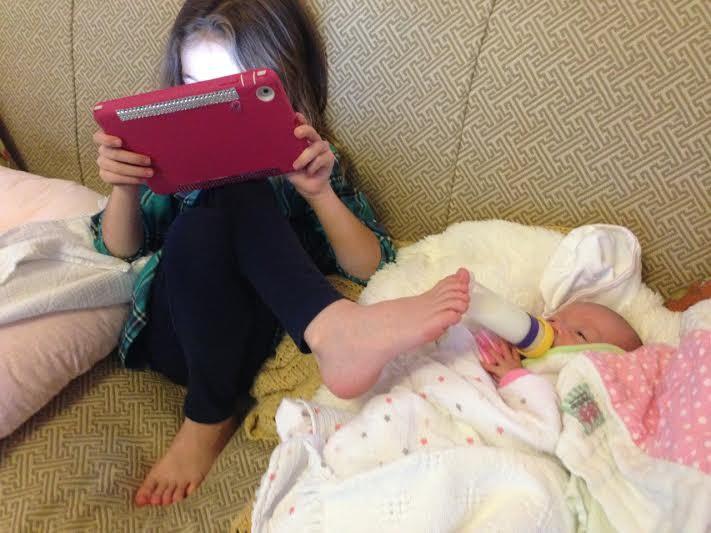 Ein Mädchen, das Multitaskingfähig ist
