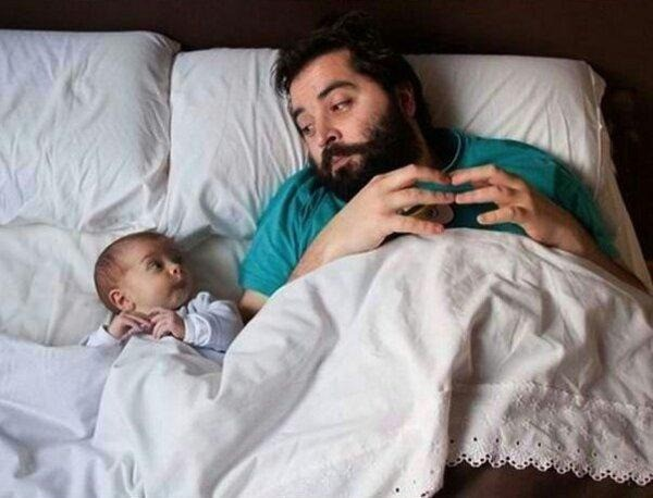 Ein Vater und ein Kind, das urkomisch schaut und irgendwas ausheckt