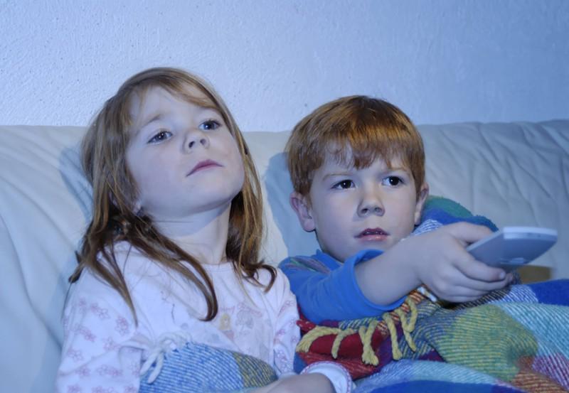 """Der jüngere Bruder kam, laut Reddit-Geschichte, direkt zu dem Fernseher, um zu """"zaubern""""."""