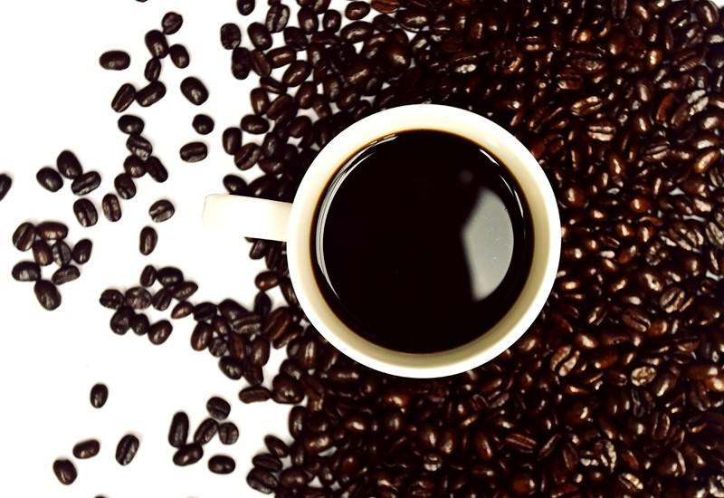 Koffeinhaltige Getränken lassen dich nicht zur Ruhe kommen, sodass du schlecht schläfst.