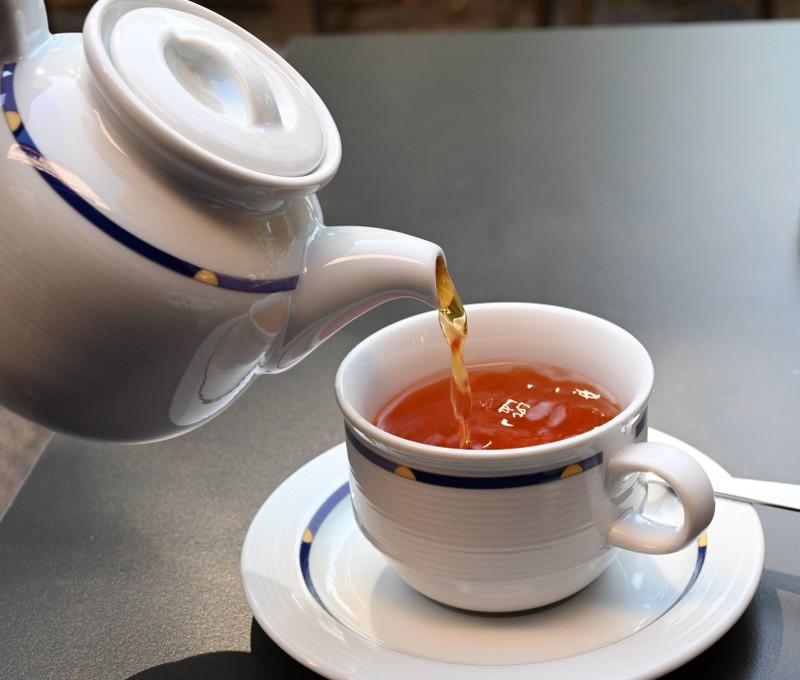 Tee trinken vor dem Schlafen gehen ist nicht sinnvoll.