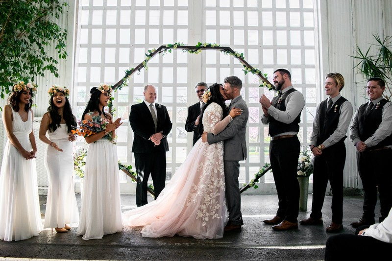 Ein Brautpaar, das den schönsten Tag ihres Lebens feiert: Die Hochzeit