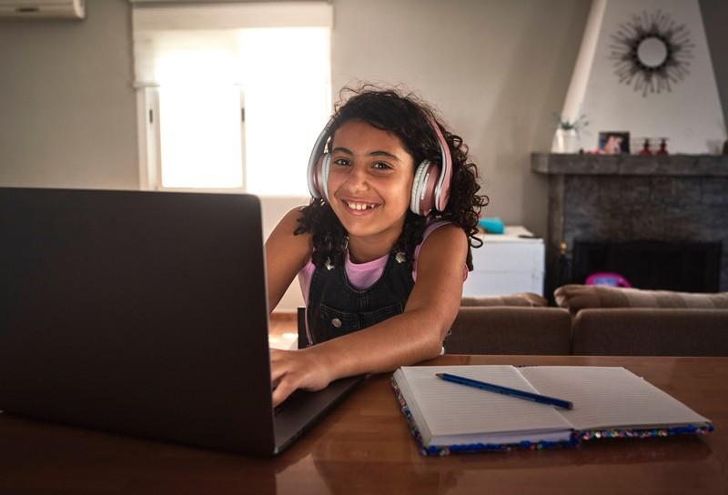 Ein Mädchen, das im Internet surft