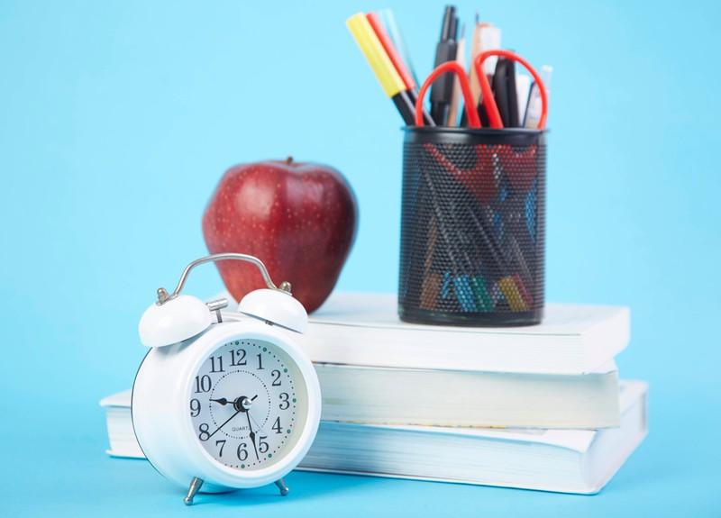 Symbolische Gegenstände für einen Lehrerpult