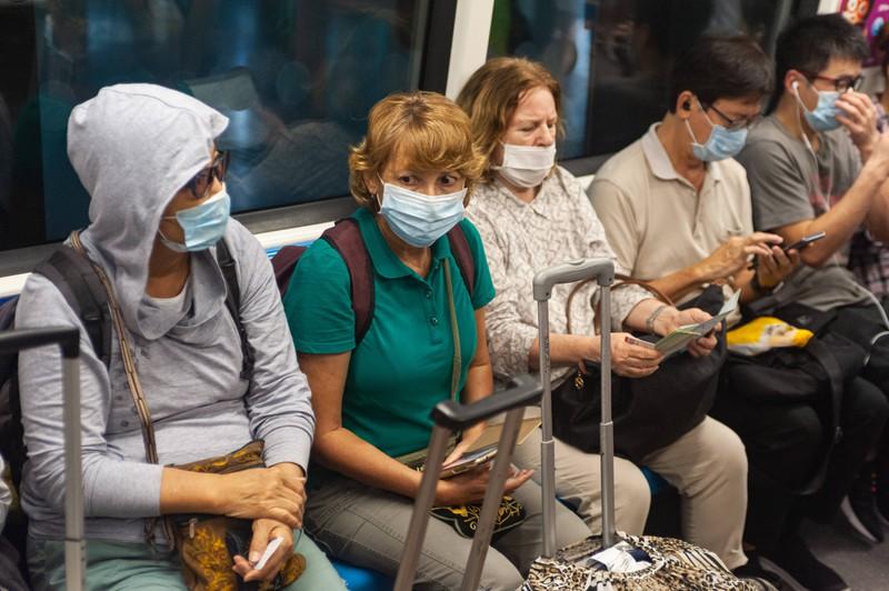 In einer U-Bahn tragen die Fahrgäste einen Mund-Nasen-Schutz gegen Corona