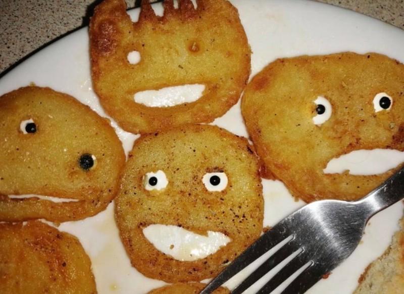 Die Gesichter auf dem Essen sehen seltsam aus