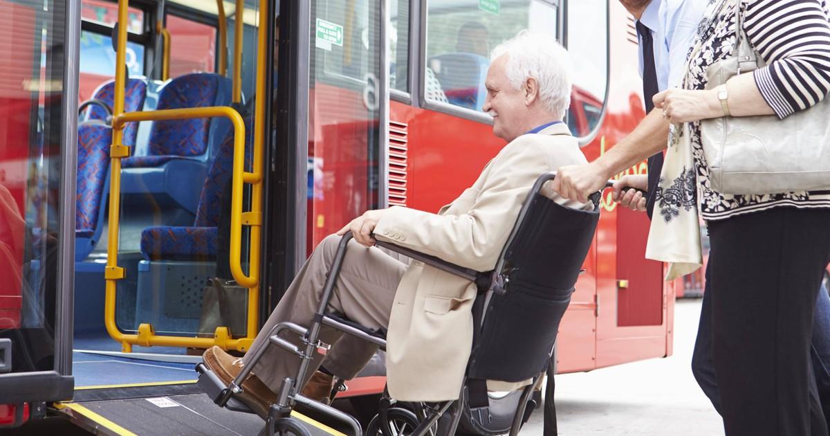 Fahrgäste lassen Rollstuhlfahrer nicht rein- Busfahrer reagiert genial