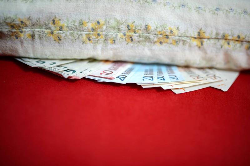 Geldscheine sollte man nicht unter dem Bett aufbewahren.
