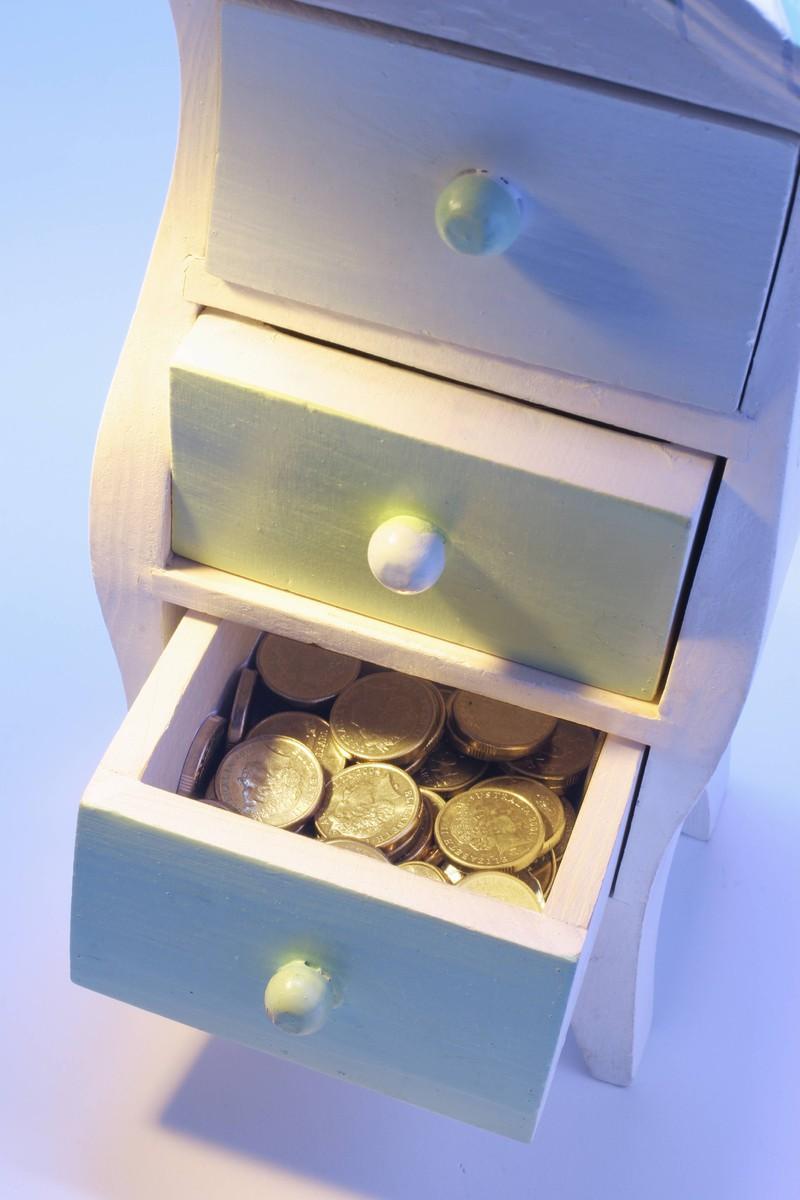 Im Nachttisch haben viele Leute ihr Geld aufbewahrt.