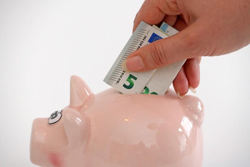 Sparschweine sind ein beliebter Platz für Münzen und Scheine.