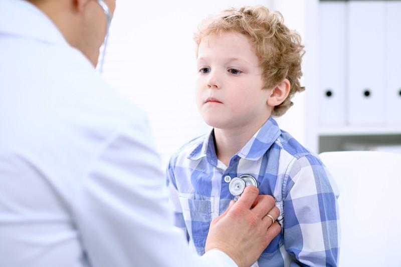 Ein kleiner Junge wird beim Arzt untersucht