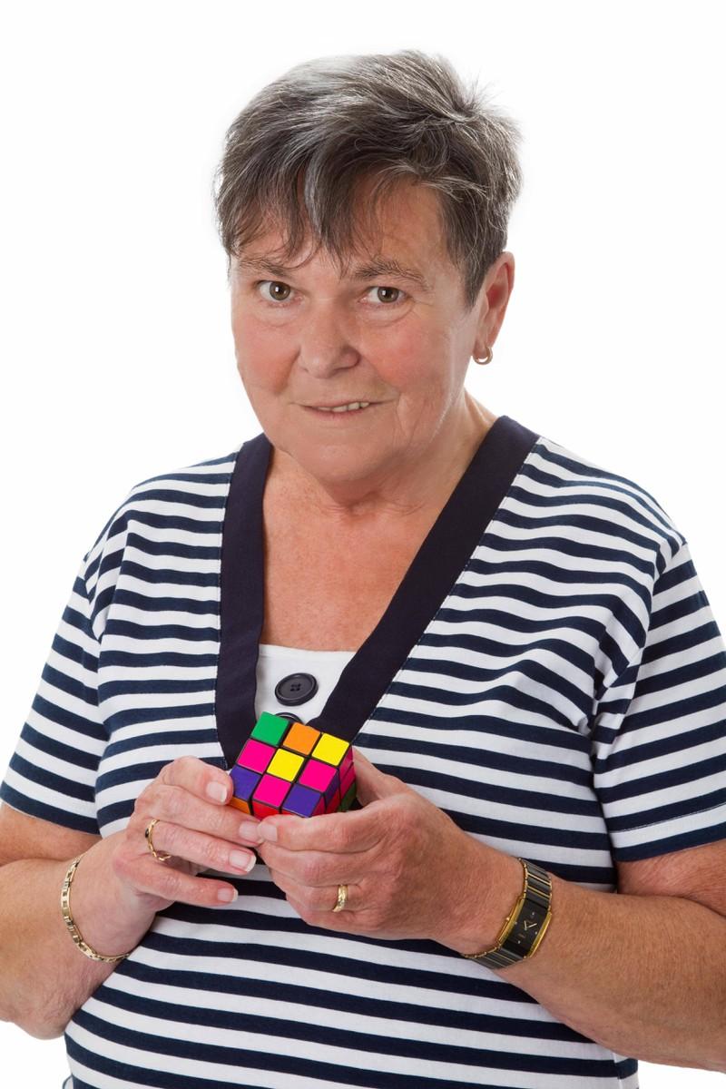 Symbolbild; Eine alte Frau lernt einen Würfel zu lösen
