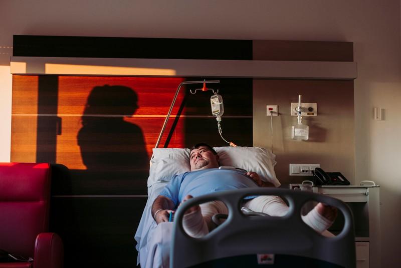 Ein übergewichtiger Mann muss in einem Krankenbett liegen