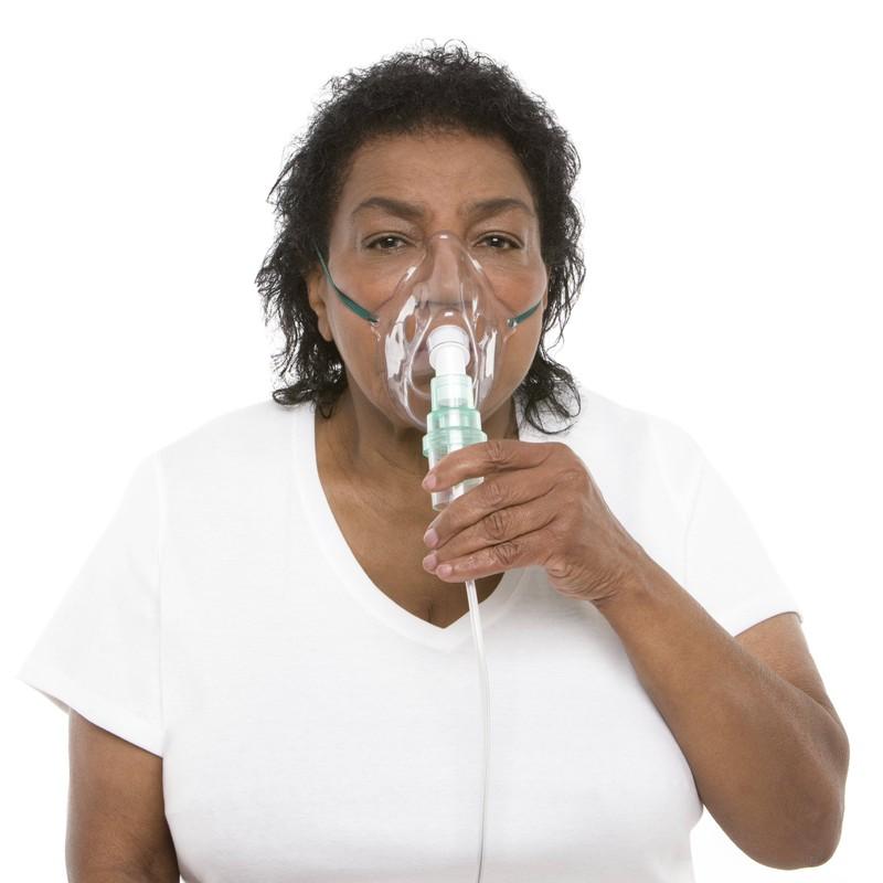Eine Frau trägt eine Sauerstoffmaske