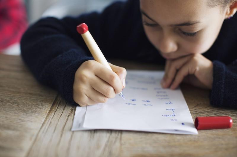 Die Tochter schrieb einen Brief, den sie ihren Eltern vorenthielt.
