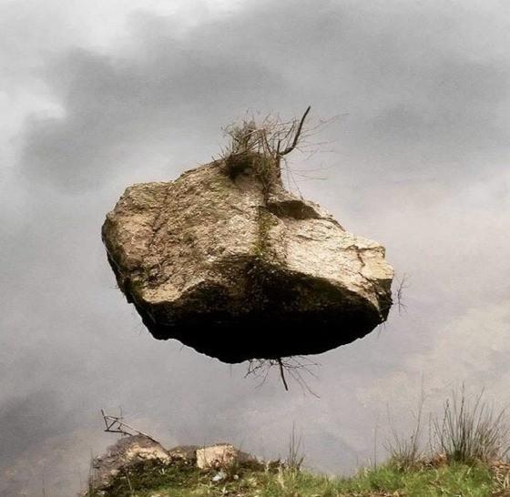 Ein Bild, das einen Stein im Wasser zeigt