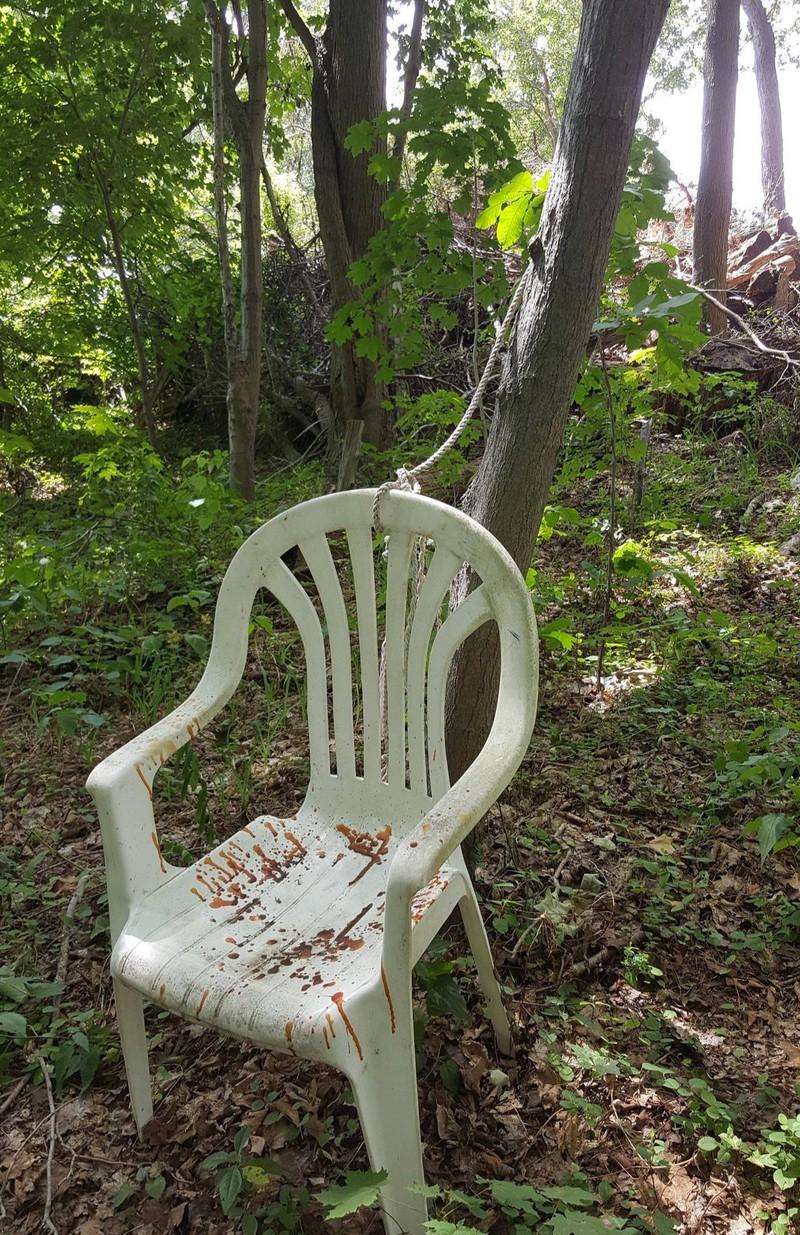 Ein kleines Mädchen fand diesen Stuhl im Wald