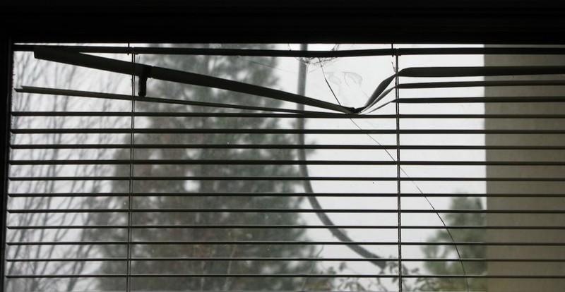 Ein Mann fand eine Kugel in seinem Fenster