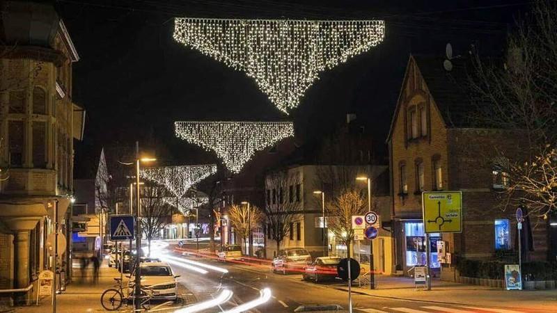 In der Stadt hängt zu Weihnachten oft schöne Deko