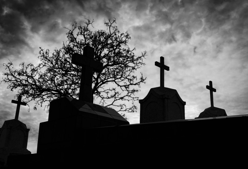 Ein Friedhof, auf dem Menschen beerdigt wurden und gruselige Dinge geschehen können