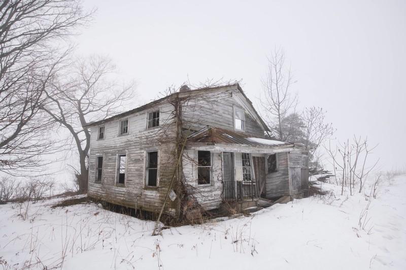 Ein Haus, das einer gruseligen Nachbarin gehört, die mörderisch ist
