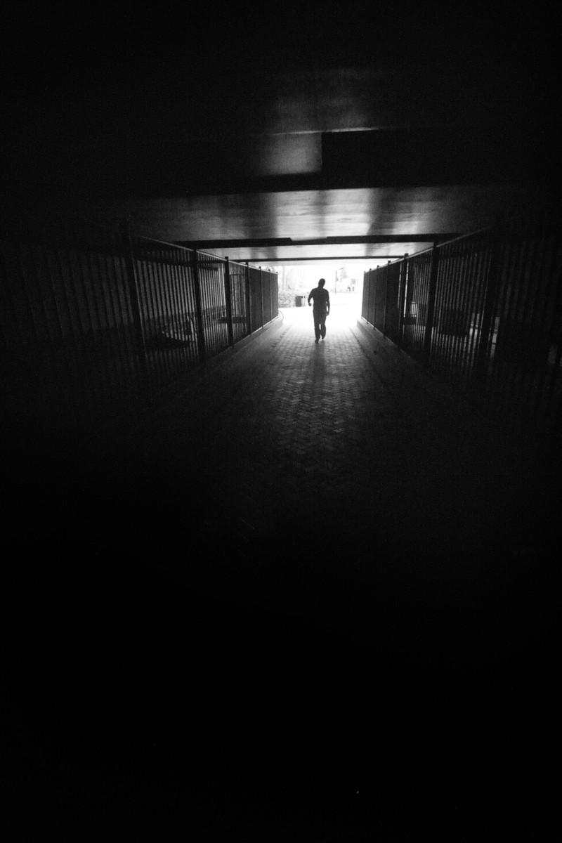 Ein Mann der ein armes Kind verfolgt und somit ein gruseliges Erlebnis hervorrief