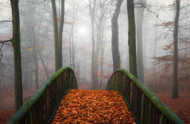 ein unheimlicher Junge auf einer Brücke
