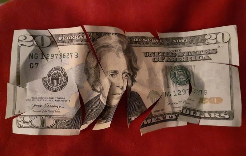 Das Kind hat das Geld seiner Eltern zerschnitten